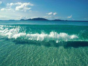 Чому виникають приливи і відливи