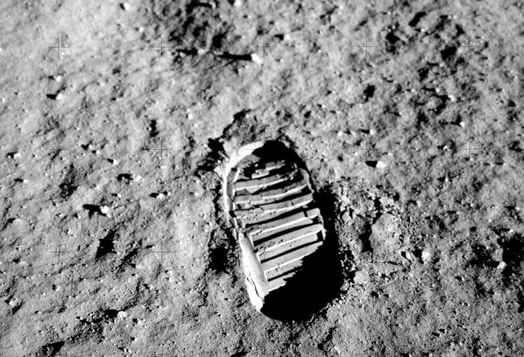 1 людина на місяці це